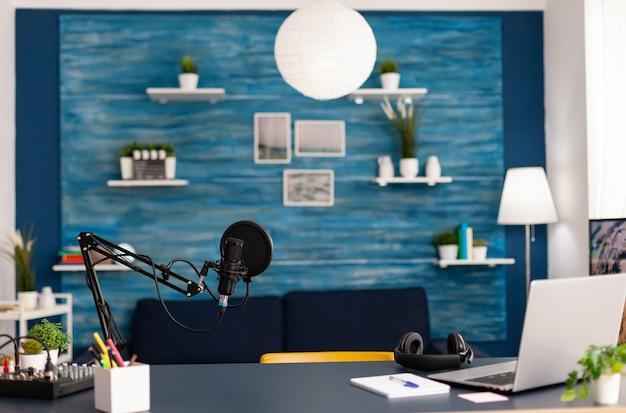 Configuração profissional para talk show online no home studio do blogger. influenciador gravando conteúdo de mídia social com equipamento profissional e estação de streaming digital de internet na web
