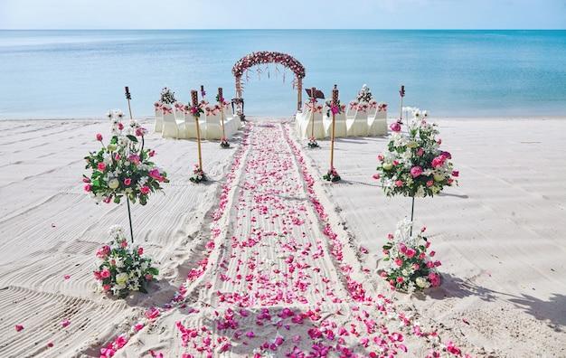 Configurações de local de casamento de praia decoração com monte de pétala de rosas vermelhas e cor de rosa