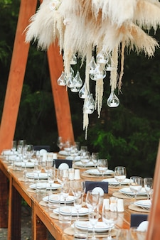Configurações de mesa de casamento ou aniversário de estilo rústico.