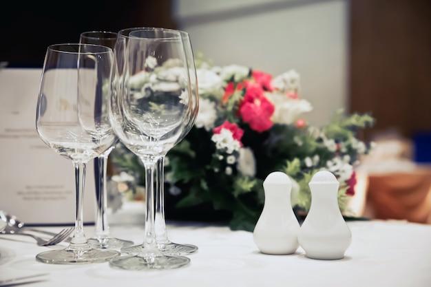 Configurações de mesa de luxo para um jantar elegante