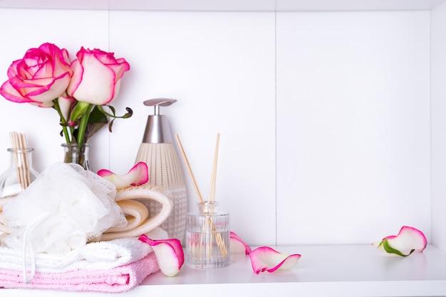 Configurações de spa com rosas e vários itens usados em tratamentos de spa para dia dos namorados romântico