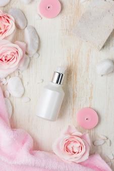Configurações de spa com rosas. vários itens usados em tratamentos de spa em fundo branco de madeira.