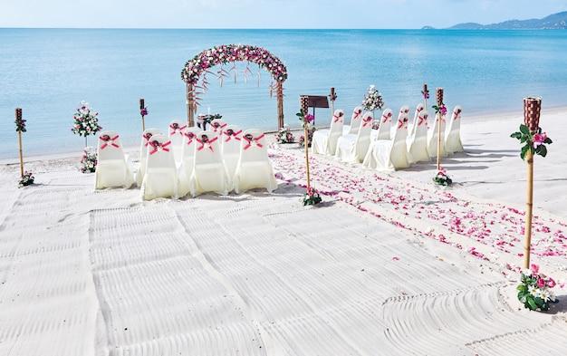 Configurações do local de casamento na praia, bando de rosas pétala no corredor