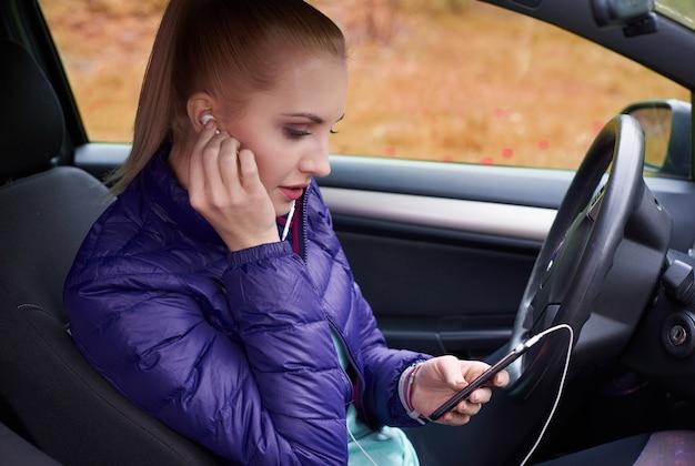 Configurações femininas do telefone no carro