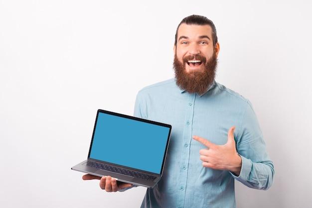 Confira esta oferta que o homem barbudo está apontando na tela do laptop.