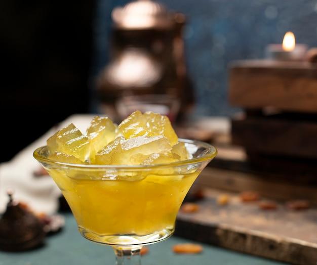 Confiture de melancia tradicional em copo de vidro na mesa azul