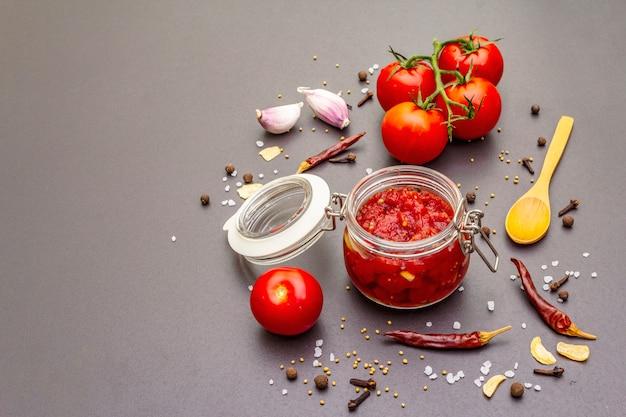 Confiture de tomate, geléia, molho picante. conceito de preservação caseiro