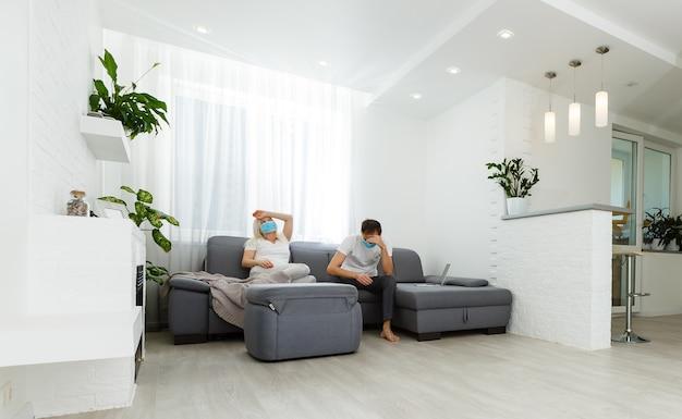 Conflito de jovem casal sentado em um sofá argumenta estar infeliz em quarentena por causa da pandemia de cobiçado 2019.