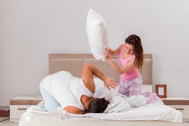Conflito familiar com esposa marido na cama