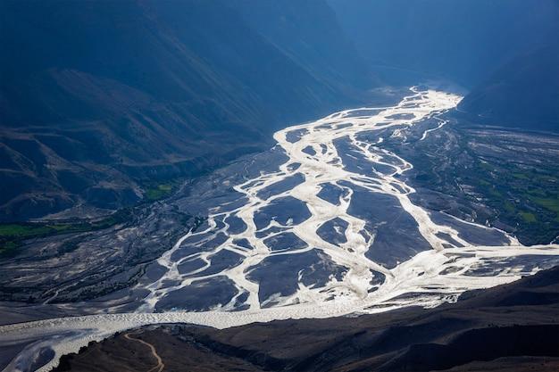 Confluência dos rios pin e spiti no himalaia