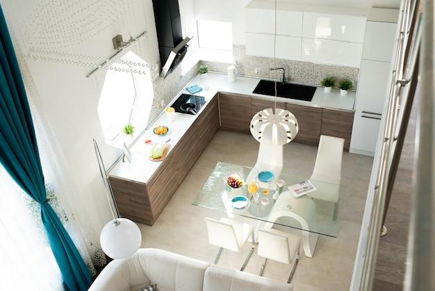 Confortável cozinha contemporânea e área de jantar