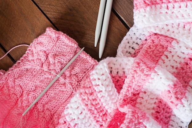 Confortável de malha, linha e agulhas. vista do topo