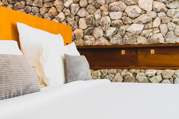Confortável travesseiro branco na cama