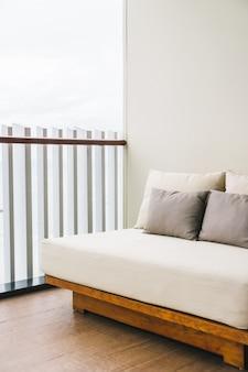 Confortável travesseiro na varanda ao ar livre do sofá decoração