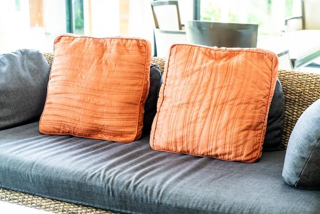 Confortável travesseiro no sofá