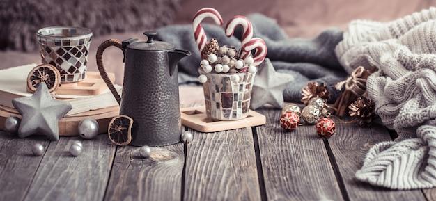 Conforto em casa, detalhes do interior festivo em uma mesa de madeira