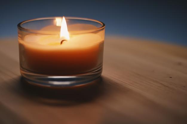 Conforto quente à luz de velas e atmosfera relaxante em casa