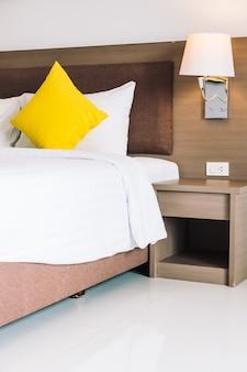Conforto travesseiro na cama decoração interior