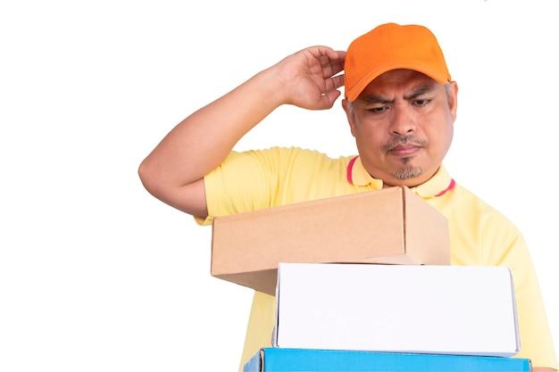 Confunda o entregador carregando caixa de encomenda postal enviando para o destinatário
