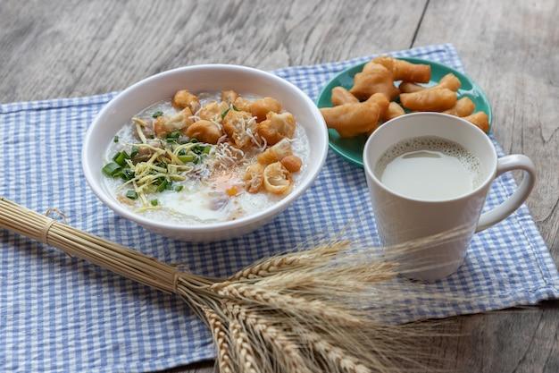 Congee ovo cozido com leite de soja e pau de massa dupla frito chinês