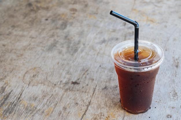 Congelado americano café preto na velha mesa de madeira