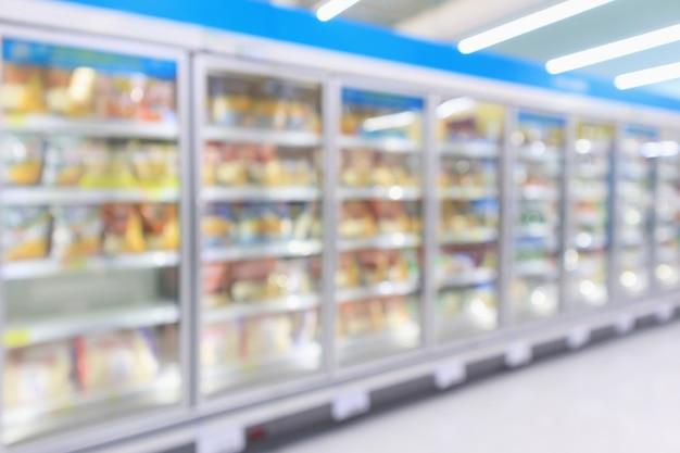 Congelador de refrigeradores comerciais de supermercado mostrando alimentos congelados. resumo desfocar o fundo