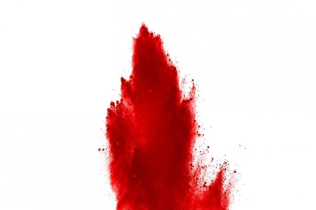 Congelar o movimento de pó vermelho explodindo, isolado no fundo branco