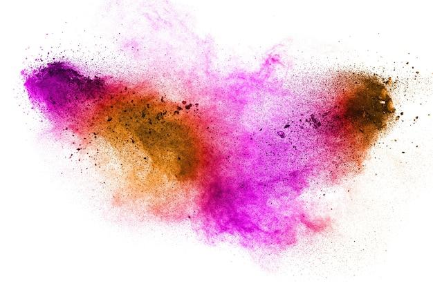 Congele o movimento da explosão do pó da cor no fundo branco.