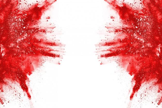 Congele o movimento de uma explosão de pó vermelho, isolado no fundo branco.