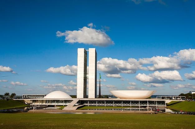 Congresso nacional brasileiro com céu azul e nuvens