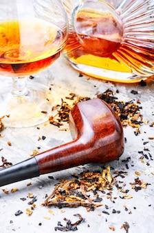 Conhaque e cachimbo com tabaco
