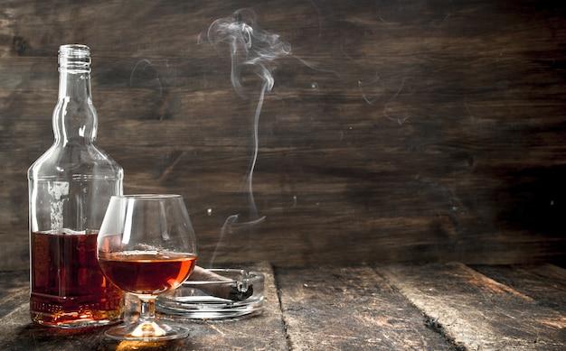 Conhaque francês com um charuto fumegante