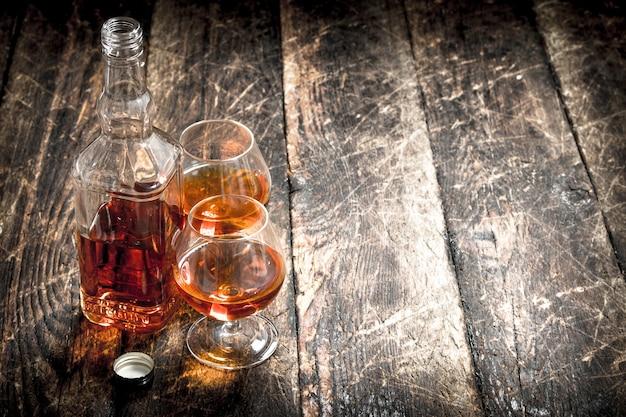 Conhaque francês em garrafa com copos