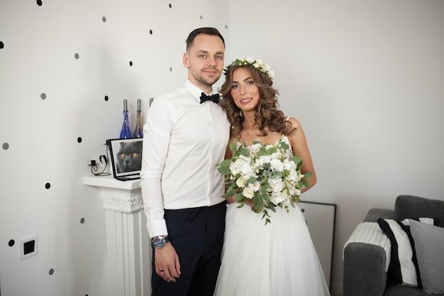 Conhecer a noiva eo noivo no quarto, os recém-casados são felizes.