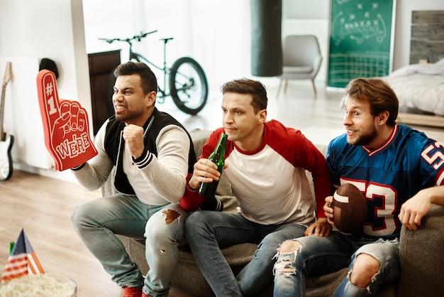 Conhecidos do sexo masculino apoiando o time de futebol
