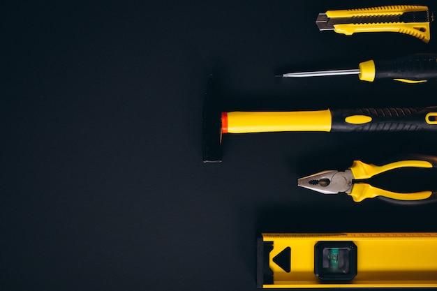 Conjunto amarelo de ferramentas em fundo preto