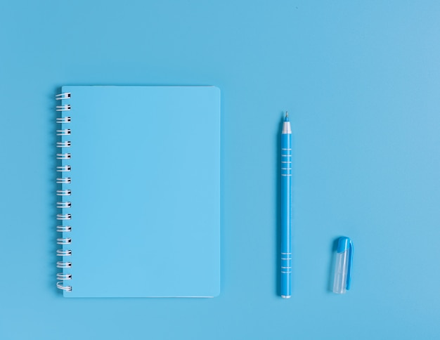 Conjunto azul de caderno e caneta, vista superior