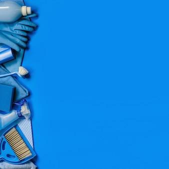 Conjunto azul de ferramentas e ferramentas de limpeza para limpeza de primavera na casa