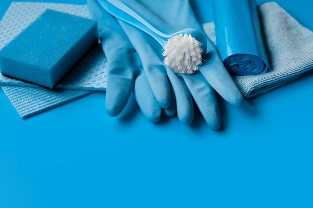 Conjunto azul para limpeza de primavera na casa.