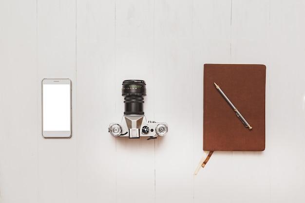 Conjunto básico de garota de blogueiro hipster na mesa branca de madeira