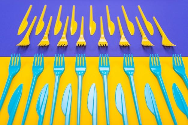 Conjunto colorido de utensílios de mesa de plástico isolado no fundo