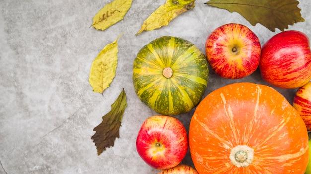 Conjunto com abóbora e maçãs