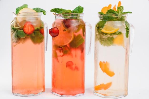 Conjunto com diferentes coquetéis de frutas isoladas