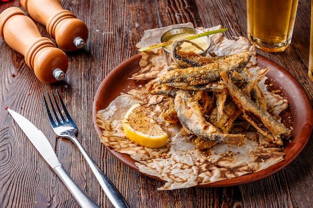 Conjunto com frutos do mar, pequeno peixe do mar frito, comida que geralmente é servida com cerveja