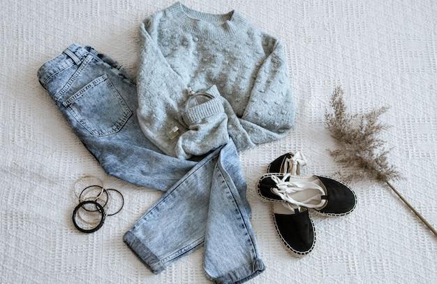 Conjunto com jeans de roupas da moda feminina e um suéter.