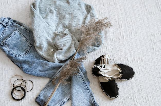 Conjunto com jeans e suéter de roupas femininas da moda, sapatos e acessórios, leigos planos.