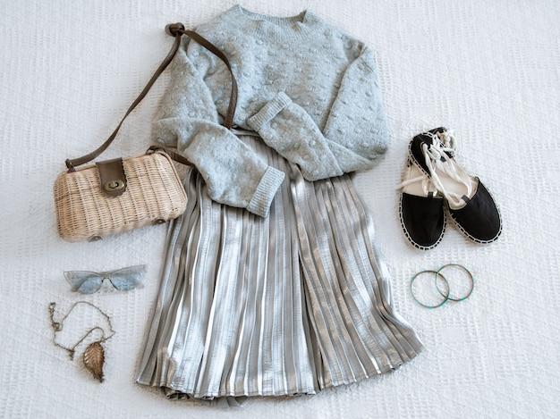 Conjunto com saia de roupas da moda feminina e blusa.