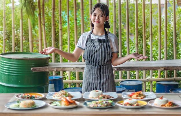 Conjunto completo de comida asiática apresenta por um chef