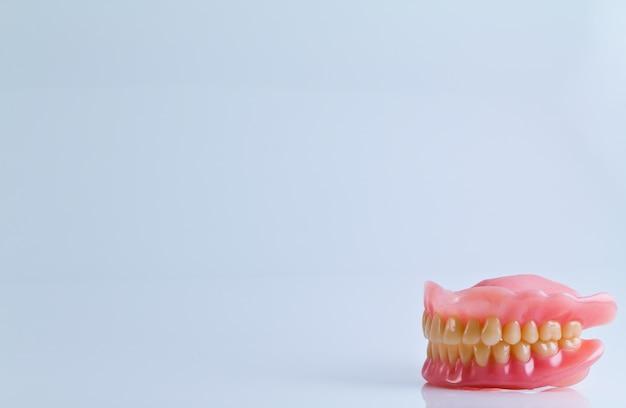 Conjunto completo de dentadura acrílica isolado no fundo branco