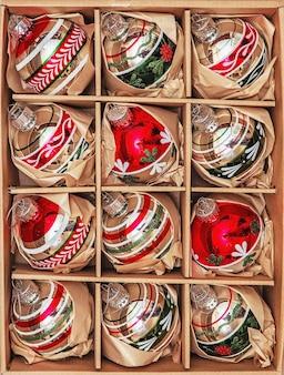 Conjunto de 12 bugigangas de vidro winterberry de luxo. imagem com estilo retrô de decoração de natal vintage em uma caixa.